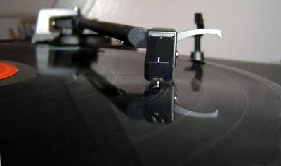 Anem a escoltar uns vinils. Audició comentada de la mà de Grans Records i Sonido Güell