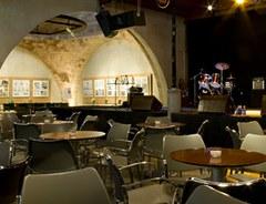 El Cafè del Teatre ens proposa aquest estiu concerts de petits formats, aforament limitat  a càrrec d'artistes locals