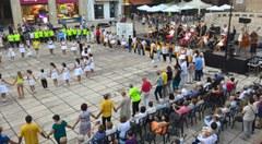 El pati de les Comèdies, epicentre de l'activitat sardanista. El 53è Aplec de la sardana de Lleida canvia l'ubicació, davant la Casa dels Gegants