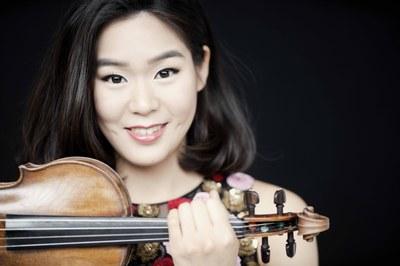 La violinista Clara-Jumi Kang substituirà Esther Yoo  per interpretar El Concert de Sibelius amb  l'Orquestra Simfònica Camera Musicae