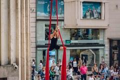 Tarda de dansa i acrobàcia amb el club INEF a la plaça Sant Joan